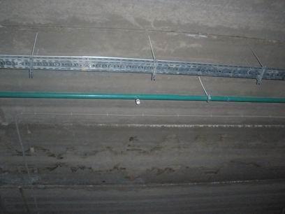 Прокладка электрического кабеля по лоткам или в гофре