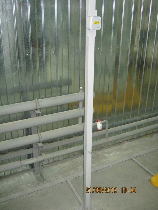 монтаж накладной розетки на металлическую стойку